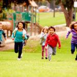 Benefity volné hry vás přimějí, abyste zásadně ustoupili od řízení aktivit svých dětí